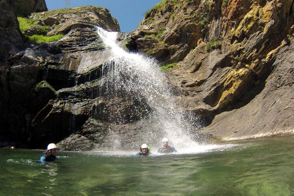 bain au pied de la cascade de 18m