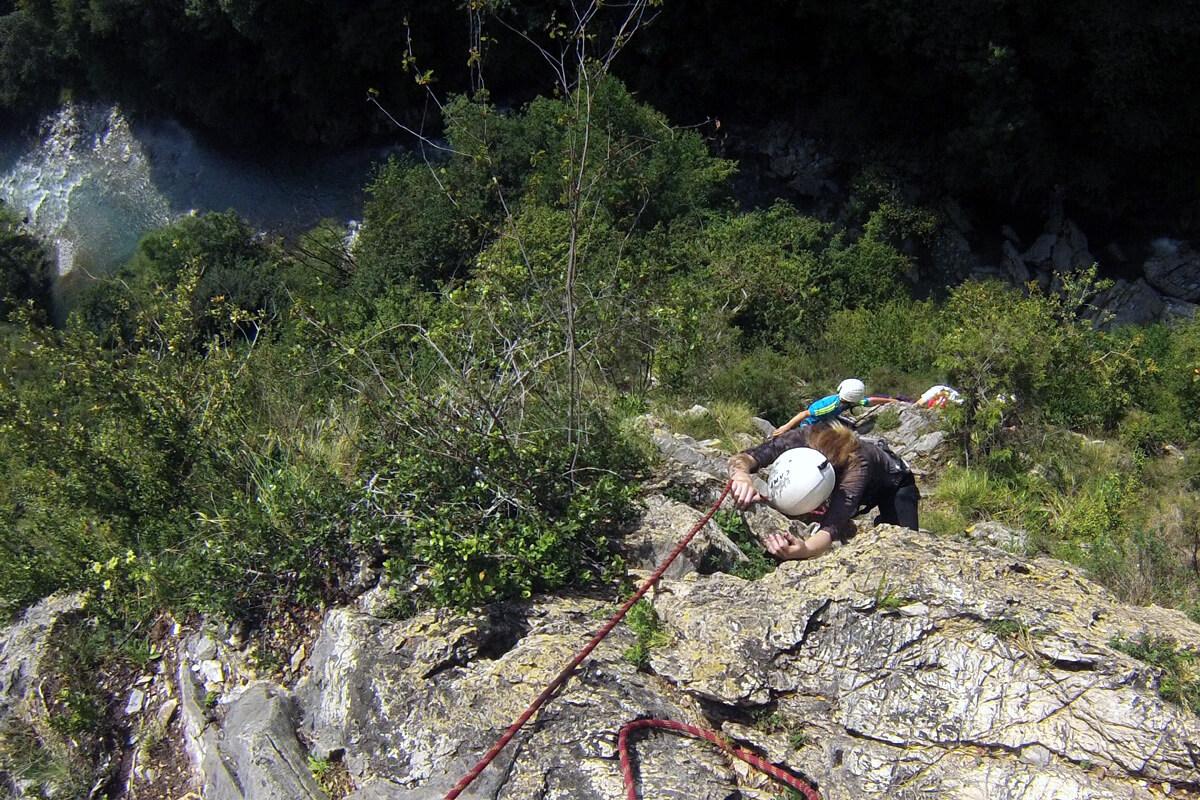 la longueur d'escalade se fait en baskets, accrochés les uns derrière les autres à une corde, assurés par le moniteur.